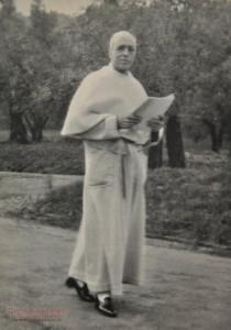 Papa Pio XII passeggia nei giardini della residenza estiva di Castel Gandolfo