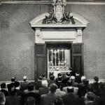 prega rosario con lavoratori r omani nell´oratorio privato