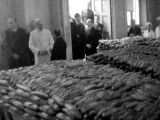 ROMA_1943 Pio_XII_e_distribuzione_del_pane 315x236