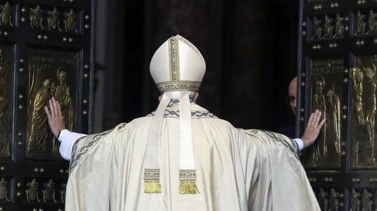 Papa Francesco ha aperto la Porta Santa di San Pietro