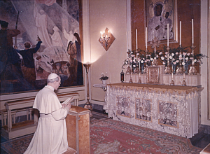 Pio XII nella Cappella della residenza estiva di Castel Gandolfo