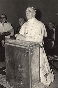 L'ultima foto ufficiale di Pio XII, pochi mesi prima di morire, nella Cappella di Castel Gandolfo.